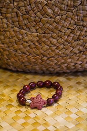 Bracelet rouge en graines avec Keyshis