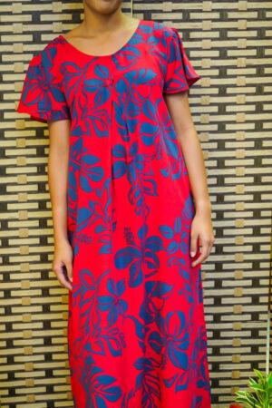 Longue robe rouge à fleurs bleues
